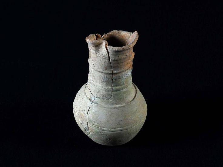 Púcaro com asa - corpo ovóide com um cordão decorativo a meia altura. Em exposição no Museu Monográfico de Conimbriga