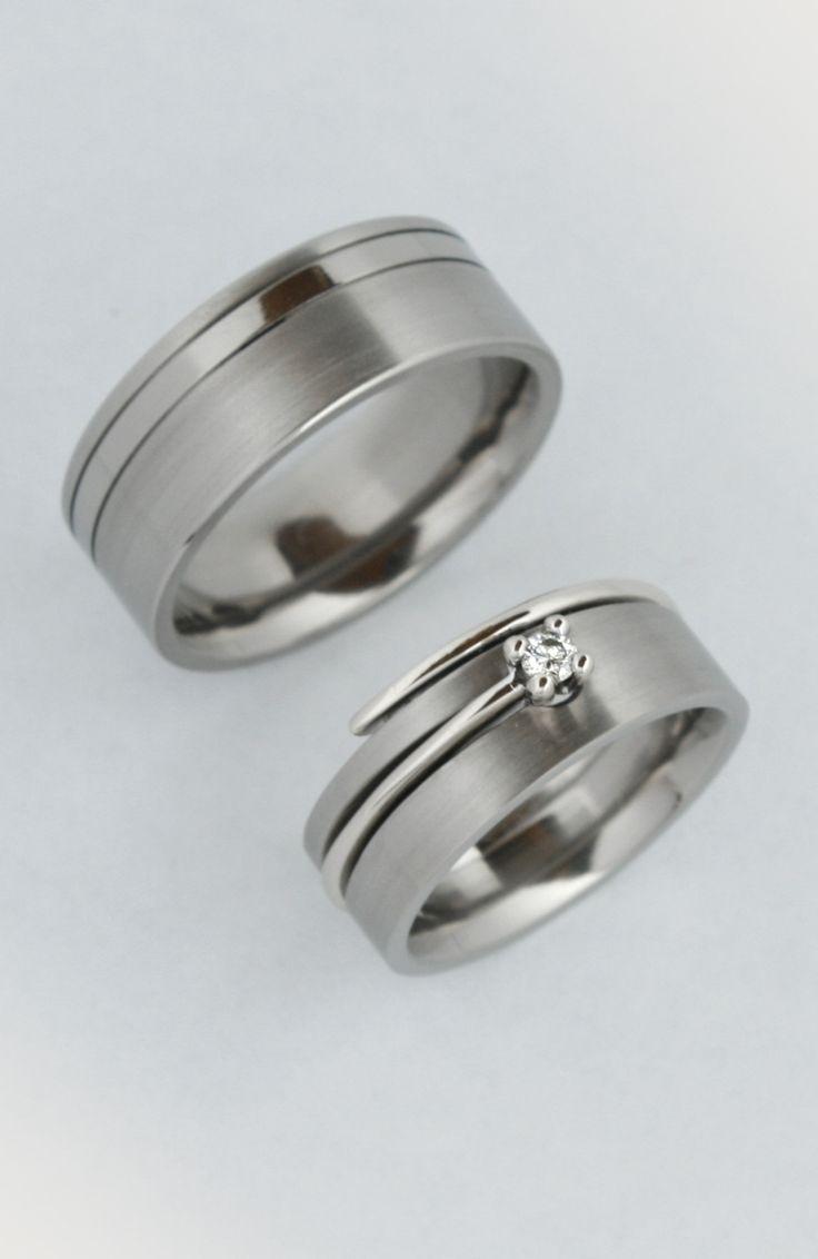 Gyakori kérés, az hogy a karikagyűrűt a kísérő gyűrű mellett lehessen viselni. Erről én minden menyasszonyt igyekszem lebeszélni, mert a gyűrűknek nem fog használni hosszú távon, ha folyamatosan egymást dörzsölik, előbb utóbb elkoptatja egyik a másikat. Ha pedig az egyik titán a másik arany, borítékolható, hogy melyik húzza a rövidebbet.