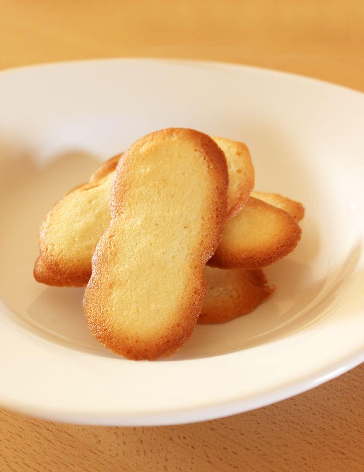 Voici une délicieuse recette de langue de chat, un biscuit fin, léger et tellement croustillant au bon goût de beurre! Parfait pour accompagner un café ou une dessert au Chocolat. Ce petit biscuit est tellement simple et rapide à réaliser, qu'il serait dommage de s'en priver.