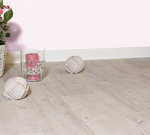 Pvc vloer met houtlook. Geschikt voor alle ruimten zoals de badkamer, woonkamer, keuken of slaapkamer. Past zowel in een modern interieur als een industrieel Interieur. Geschikt voor vloerverwarming. Bestel tot 6 gratis vloerstalen op onze website. #eiken #pvcvloer #pvc #vloer #vloeren #pvcvloeren #badkamer #woonkamer #keuken #licht #donker #taupe #bruin #grijs #bruine #grijze #houtenvloer #groef #houten #houtlook. Home plus Stick - Spirit: Zelfklevende pvc laminaat vloer
