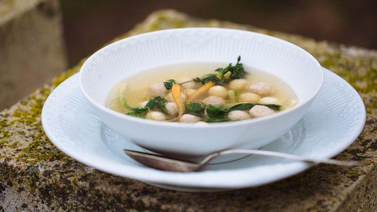 Buljongsuppe kokt på en hel kylling og servert med både kjøttboller melboller.
