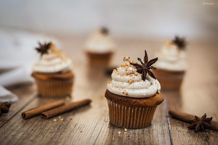 Feines Rezept für Chai Cupcakes. Schmecken süß, zimtig und so richtig nach Herbst. Wer Chai Latte mag wird die Chai Cupcakes lieben.