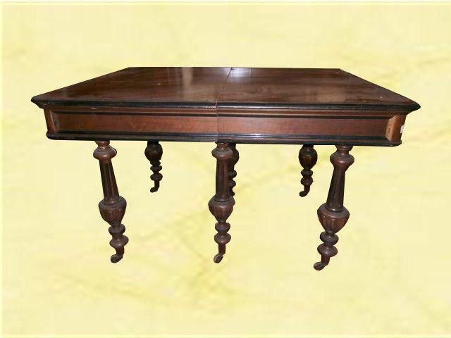 Tavolo francese. Tavolo in noce con 6 piedi scanalati. Misure: 122cm x 97cm x h.75cm www.arredomus.com