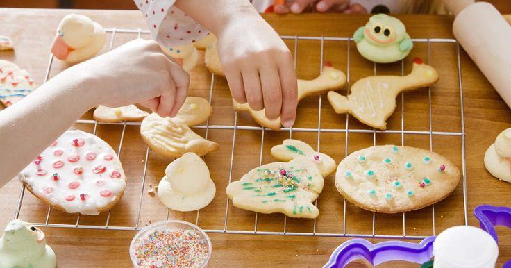 Como fazer biscoitos decorados com glacê. Faça a sua receita de biscoito favorita ou compre biscoitos prontos para criar mimos extravagantes que se pareçam com pequenas colchas. Com o uso de glacê real, canetas de tinta comestível, e um pouco de planejamento, você pode criar um biscoito que pareça acolchoado, independentemente de você saber costurar ou não. Para um entusiasta de colchas ...