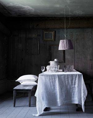 Tine K. Mantel en lienzo rústico, pared desgastada gris y marcos de  cuadros (torcidos). El banco rústico y la lampara colgante desprolija. El cielorraso manchado completa un estilo negligee y bohemio soberbio.