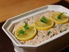Pain de thon 1 grosse boîte de thon naturel 6 oeufs 3 biscottes Un peu de lait Le jus de 1 citron Sel, poivre  Préparation pour Pain de thon  Emietter le thon.    Battre les oeufs.    Faire tremper les biscottes dans le lait et mélanger tous les ingrédients. Saler et poivrer.    Ajouter le jus de citron et mettre le mélange dans un moule à cake.    Enfourner au thermostat 7 (210°) pendant 45 minutes. Servir froid avec une sauce citronnée ou une sauce cocktail.