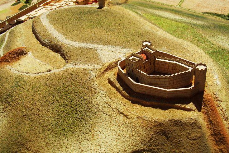 Representación histórica del municipio de Castrojeriz (Burgos). La maqueta va acompañada de una pequeña leyenda para identificar los diferentes elementos de la misma clasificados en diferentes tonalidades cromáticas. En la maqueta se ha representado a escala la topografía del terreno. Se han tenido en cuenta...