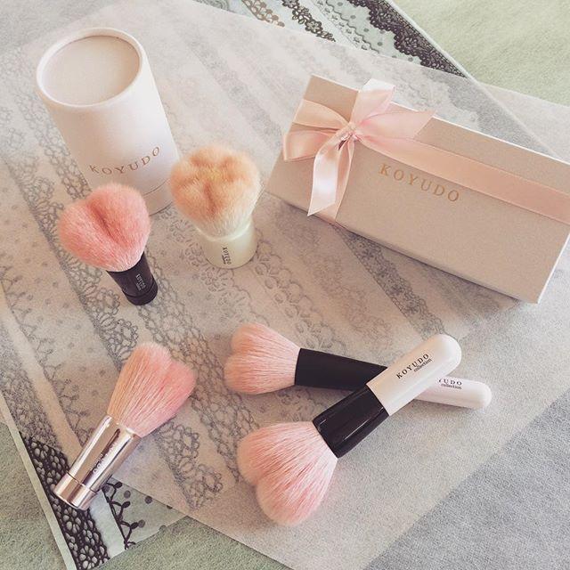 毎日のお肌のお手入れが楽しくなりそうな、ハート型のかわいい熊野筆。洗顔用ブラシは手で洗うよりさっぱりすると好評です。 伝統工芸の技術と職人の経験が凝縮された、かわいいだけじゃないこだわりの逸品です。  #熊野筆 #洗顔 #プレゼント #ハート #化粧筆 #ブラシ #KOYUDO #晃祐堂
