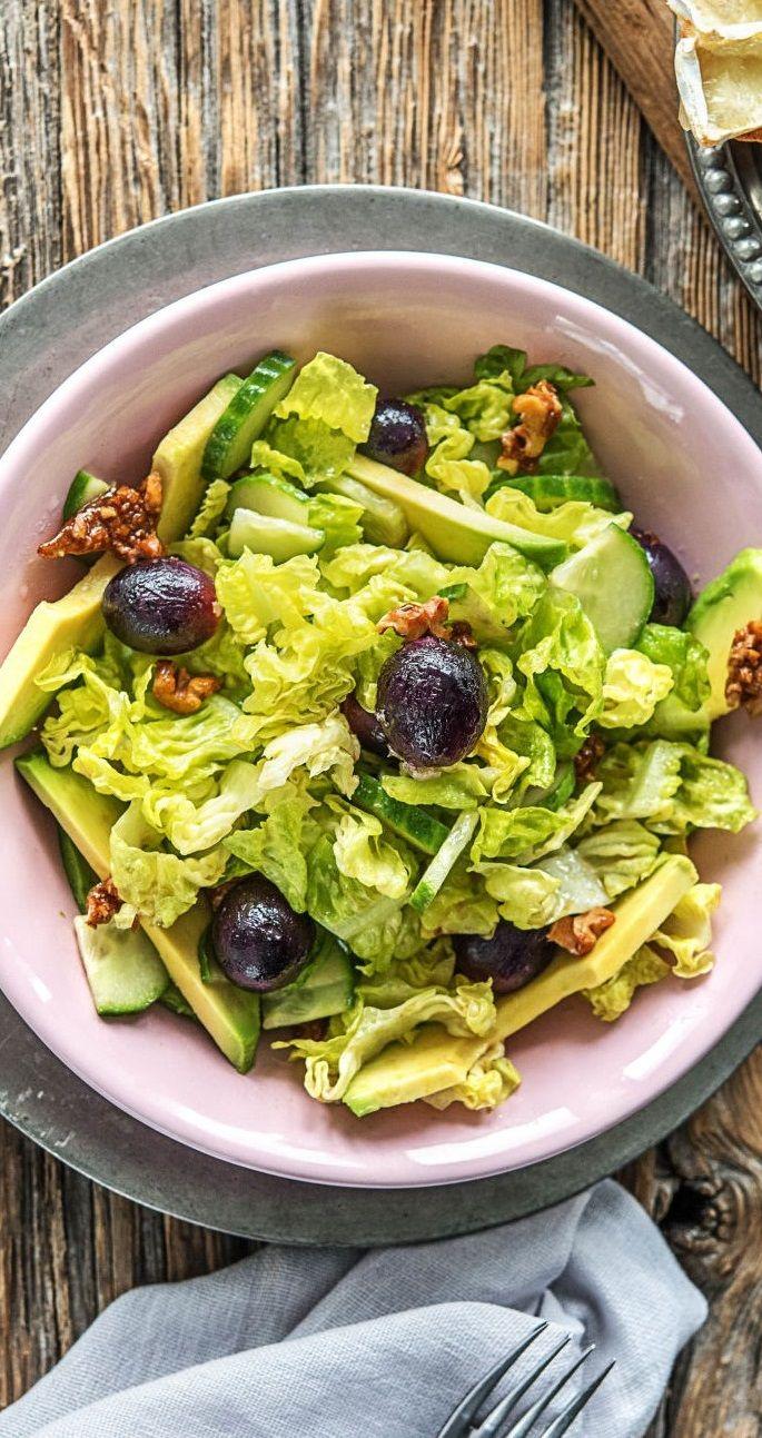 Step-by-Step Rezept: Frischer Salat mit Camembert-Crostini, Avocado, karamellisierten Walnüssen und Weintrauben  25 Minuten / Schnell / Käse / Gesund / Vegetarisch