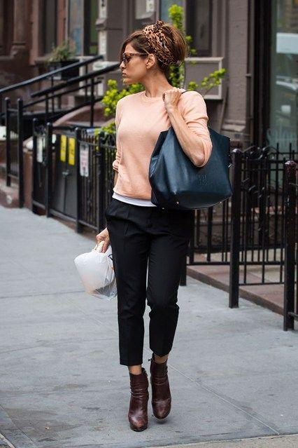 Pantalon cappri con saco color curuba y botas de cuero cafe oscuro.