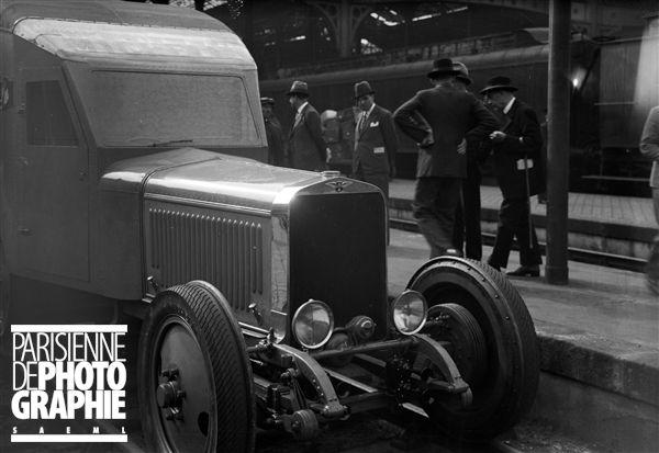 Avant de la première Micheline conduite par Marcel Michelin (1886-1945) qui effectua le parcours Paris-Deauville en 1h45. Paris, Gare Saint-Lazare, septembre 1931 - Photo d'Albert Harlingue