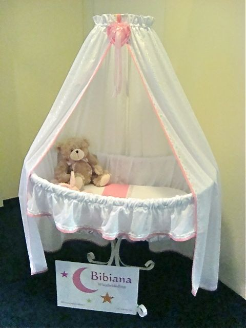 Nu houdt een knuffelbeer het plekje even warm, maar straks ligt een mooi klein meisje heerlijk te dromen in deze 'nieuwe' wieg. Bekleed in het atelier van Bibiana Wiegbekleding… waar je van droomt!