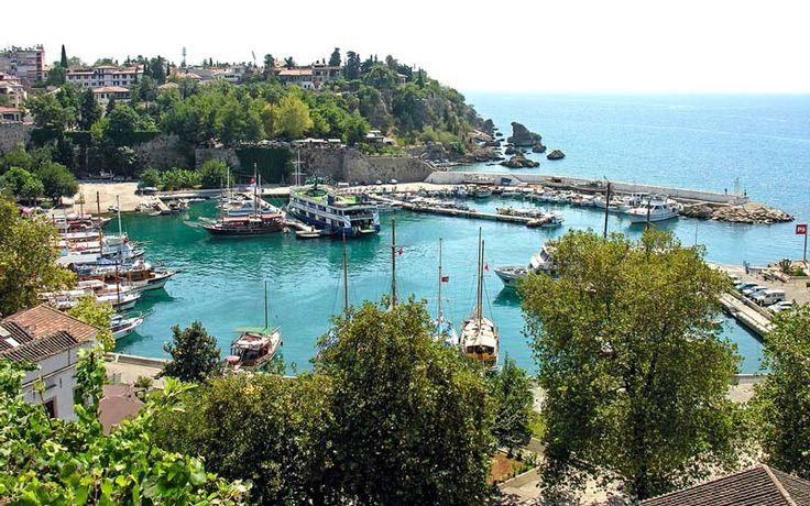 Antalya çevresinde gezilecek görülecek çok sayıda alternatif yer bulunuyor. Antik kentler, mükemmel plajlar, doğal güzellikler Antalya'ya gelenleri