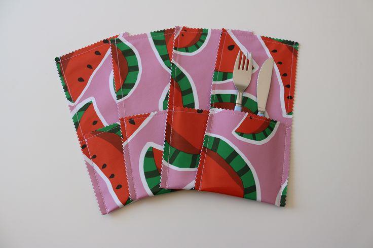 Deze gave bestekzakjes werden door Carolijn gemaakt van tafelzeil Malou roze. Door het tafelzeil zijn de bestekzakjes lekker stevig en makkelijk af te nemen met een nat doekje. Zo maak je het zelf: https://www.kwantum.nl/creatief-met-stoffen. #DIY #Stof #Kwantum