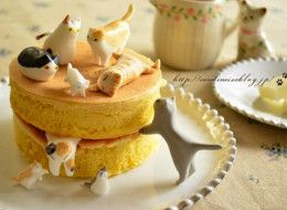 Fellow feline fanatic and Japanese mom food blogger, Caroline, has created the most wonderful of cakes -- topped with nothing other than an adorable band of edible kitty cats.