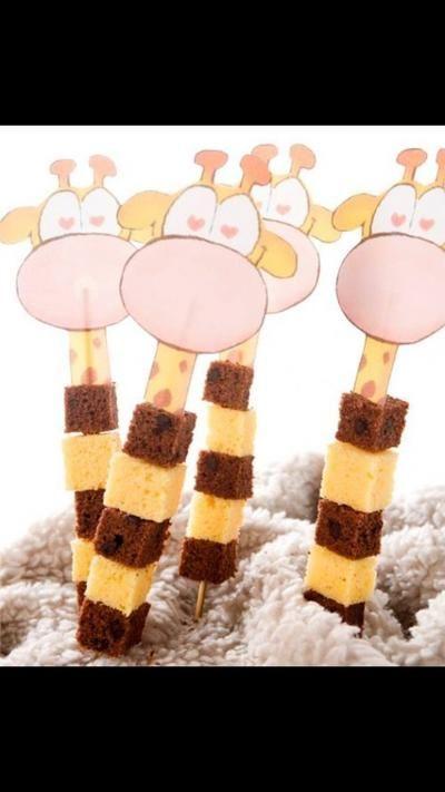 Sehe dir das Foto von Hobby mit dem Titel Tolle Rezeptidee für ein Mitgebsel zum Kindergeburtstag in der Kita oder für eine Kinderparty. Schokoladen und Vanille Kuchen Würfel als Giraffen Spiess und andere inspirierende Bilder auf Spaaz.de an.