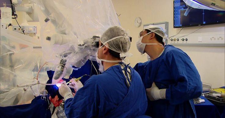 Professor de física ajuda médicos na cirurgia do próprio cérebro