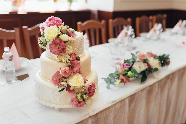 Wedding Cake #weddings #weddingcake #cake #flowers #bride #groom