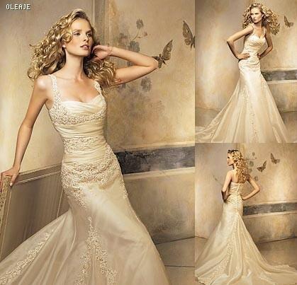This was my wedding dress. Classic Pronovias Oleaje. Ivory. Lace.