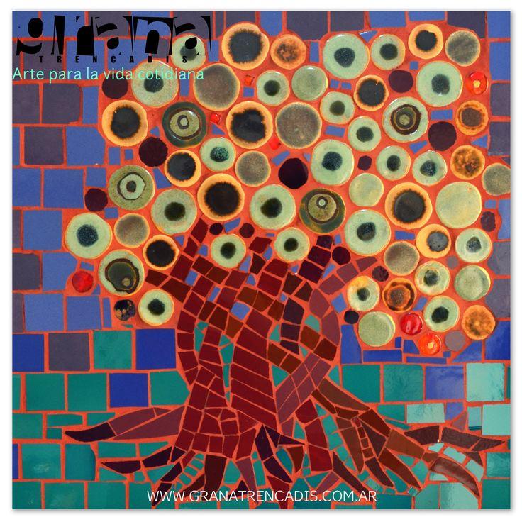 Árbol técnica mixta mosaico e inclusión de piezas cerámicas.