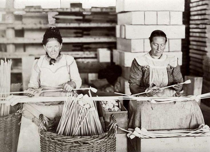 Pijpenindustrie: Twee oudere vrouwen leggen de laatste hand aan de gefabriceerde pijpen. 1914.