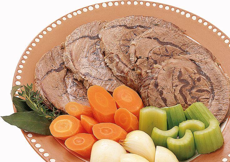Il bollito di carne è un secondo piatto che richiede diverse operazioni per ottenere un lesso saporito e aromatico. Segui la ricetta di Sale&Pepe.