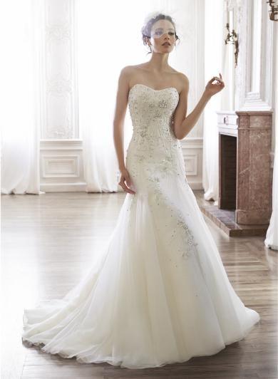 Maggie Sottero MAYLENE - Nežné a krehké svadobné šaty s úžasným luxusným Swarovski zdobením, nádhernou siluetou obopínajucou boky a jemnou sukňou v A línii.