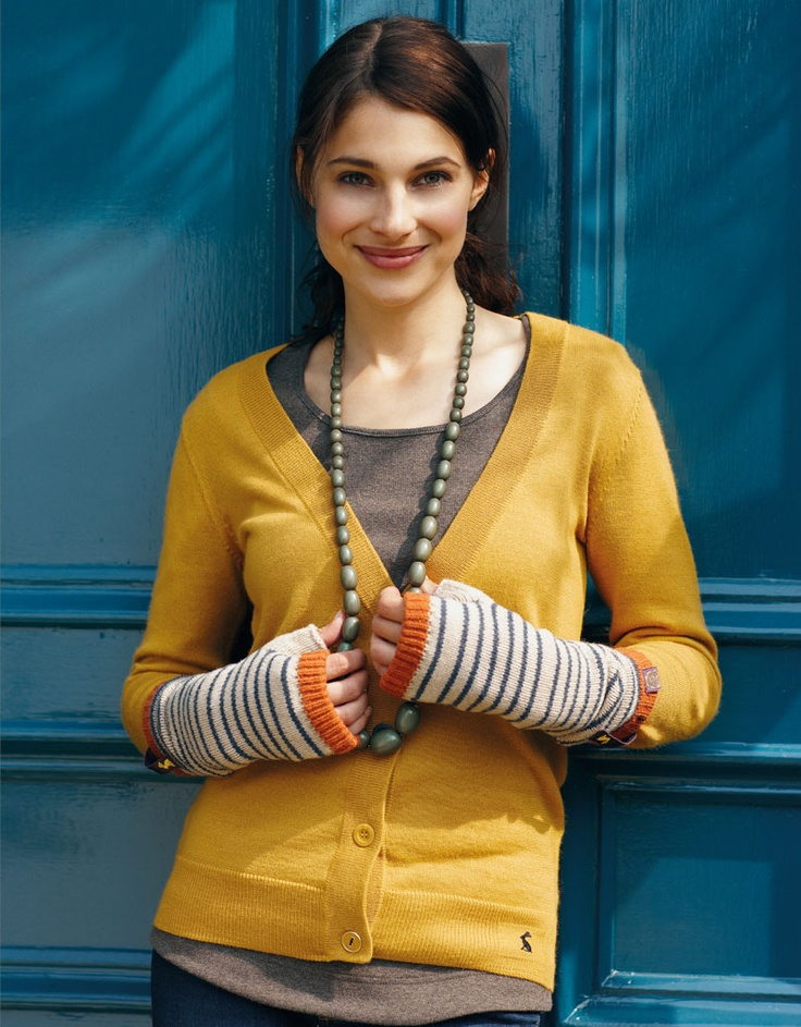 Love this whole look, the sweater, the fingerless gloves, the necklace... :)