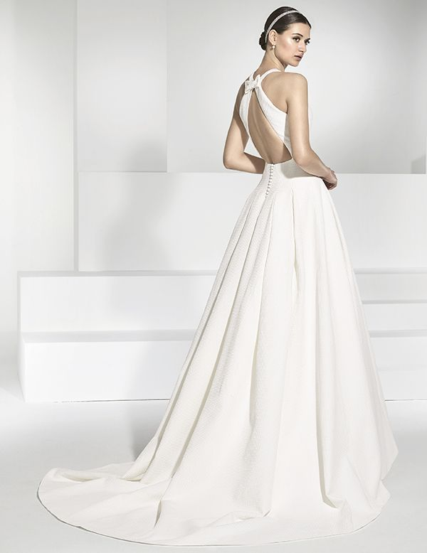 traje de novia en piqué con falda de vuelo y gran escote en espalda