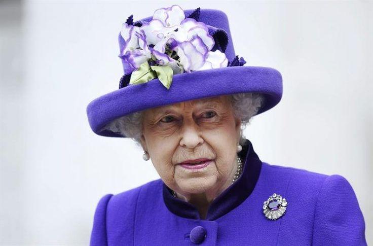 La Reina Isabel II de Inglaterra lleva dos semanas sin aparecer en público. No sólo no ha asistido a ningún evento sino que tampoco acudió a las tradicionales misas de Navidad ni a la de Año Nuevo que se celebra en Sandringham. Misas a las que no había faltado en 28 años. Su ausencia ha preocupado altamente