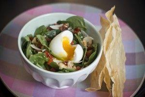 Salade de pousses d'épinard, poivrons crus et cuits, dés de poulet, oeuf mollet et feuilles de brick croustillantes - Les petits plats de Mé...