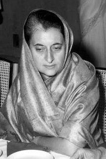 ndira Priyadarshini Gandhi, meisjesnaam Indira Nehru (Allahabad, 19 november 1917 - New Delhi, 31 oktober 1984) was de derde en vijfde premier van India. Ze regeerde van 1966 tot ze in 1984 werd vermoord, met een onderbreking tussen 1977 en 1980. Indira was het enig kind van Jawaharlal Nehru, de eerste premier van India. Haar opvolger was haar zoon Rajiv Gandhi.(FOTO: Gandhi in 1967)