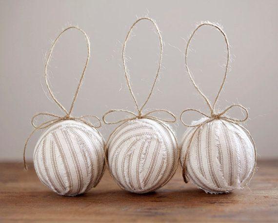 3 decorazioni belle e rustiche. Ho usato un cotone naturale cremoso ticchettio tessuto per fare questi ragballs costruito su nuclei di sfera cava pesta.    Ogni palla è di circa 2,5 centimetri di diametro e ha un ciclo di spago da 4 pollici per impiccagione. Questa è la lista per 3 ornamenti.    ~~~~~~~~ ♥ ~~~~~~~~ ♥ ~~~~~~~~ ♥ ~~~~~~~~ ♥ ~~~~~~~~ ♥ ~~~~~~~~    Negozio: http://www.etsy.com/shop/smilemercantile  Facebook: http://www.facebook.com/smilemercantile  Pinterest…