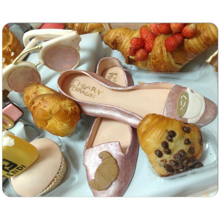 """""""O si é un'opera d'arte o la si indossa"""" 🎀Oggi colazione con nuove #slippersShoes di The Blonde Salad by Chiara Ferragni  ☕🍪️💕💞💓Non sono straordinarie? #cakeDesign #sunglasses  #tableBreakfast  #sessaspecialcakes#chiaraferragni#theblondesalad#pasticceriasessa#fashion#breakfast#sfogliatella"""