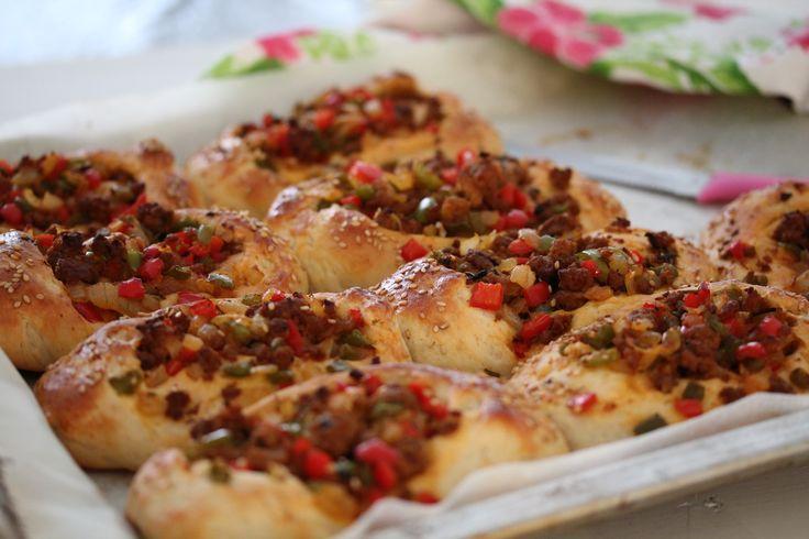 Voor het geval het je al is opgevallen dat ik best veel brood recepten deel opde blog, ik ben nou eenmaal dol op het bakken van broodjes! Ik moet mij serieus vaak inhouden om niet elke week een br…