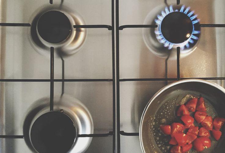 Per pulire a fondo i fornelli senza fatica e senza prodotti chimici, possiamo usare con successo i prodotti d'uso quotidiano che tutti abbiamo in casa