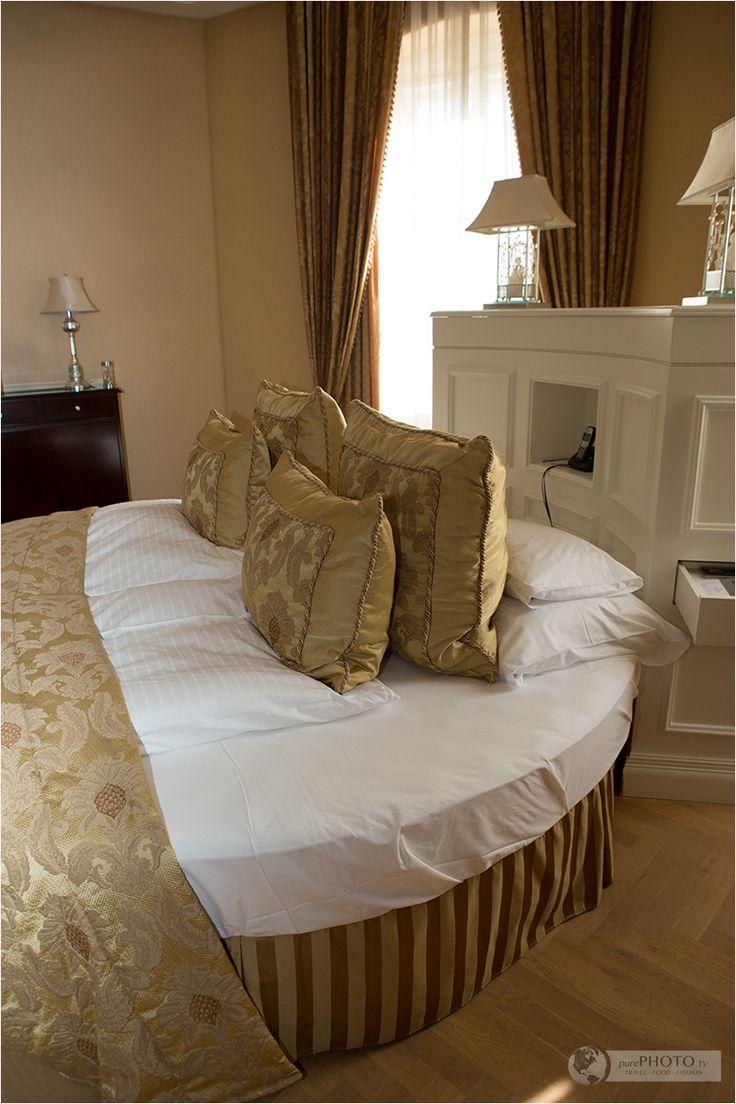 Round Bed In A Suite Ein Schloss Am Wörthersee Falkensteiner Schlosshotel Velden Österreich