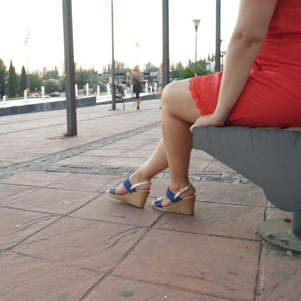 Elegante sandalia con cuña de yute, en piel azul eléctrico y detalle en talonera color plata