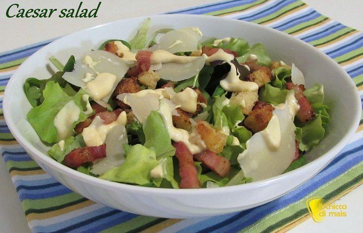 Caesar salad (ricetta con salsa Caesar fatta in casa). Ricetta della Caesar salad con pancetta, crostini di pane, scaglie di parmigiano e salsa caesarni di pane e scaglie di parmigiano)