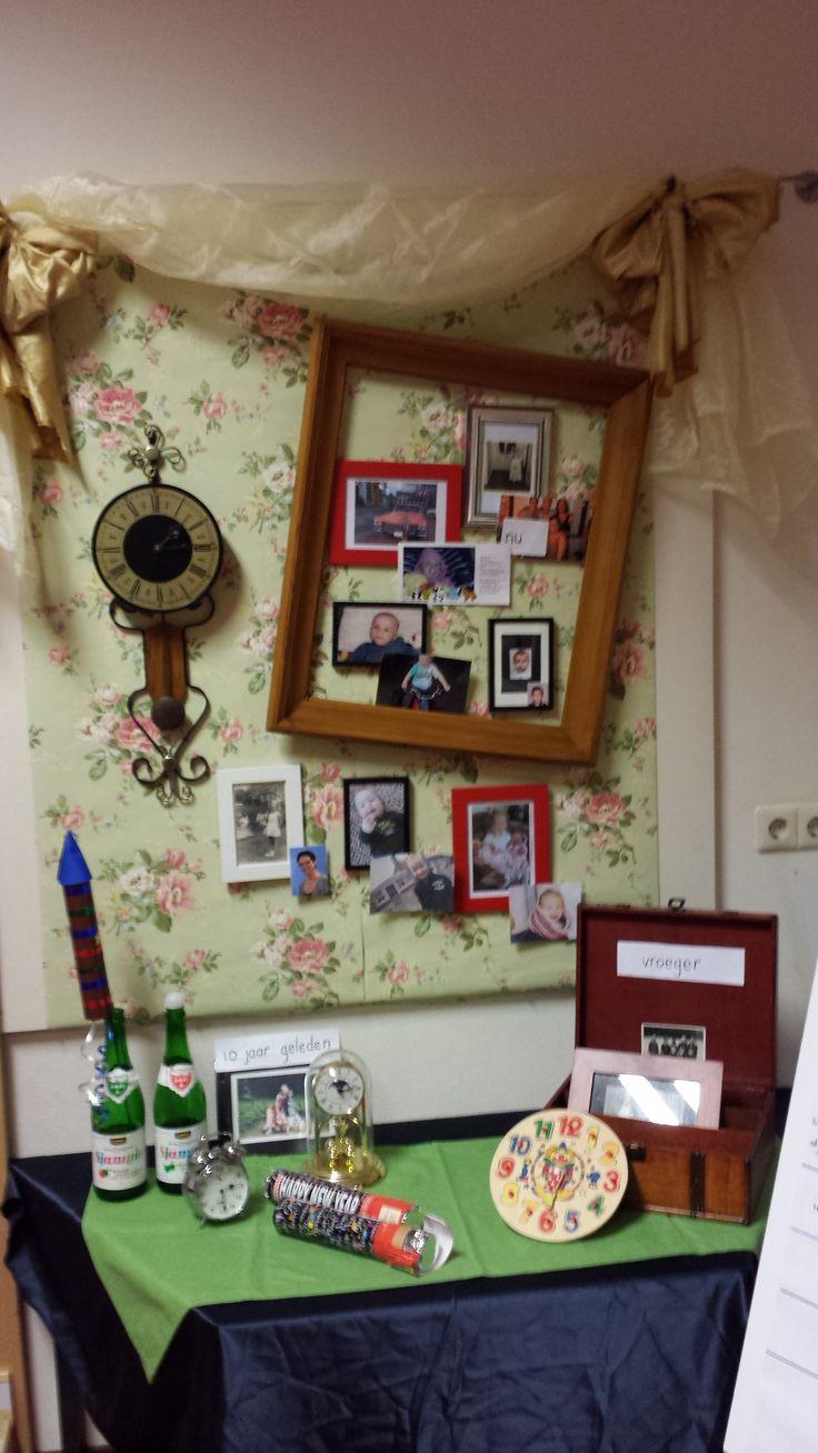 """Thematafel """"vroeger en nu"""" met foto's van iedereen als baby en van nu."""