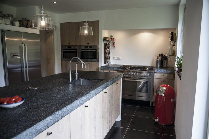 Mooie landelijke keuken in Nunspeet. Het is van gebrand graniet en het eiland blad heeft een afmeting van 310x110cm! De zijkanten zijn gefrijnd. Op de vloer een mooie verouderde leistenen vloer.