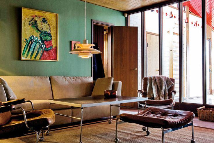 Fotograf: Måns Jensen - Skribent: Christina Levenborntv-rummet - På gamla dar har tv-rummet blivit en stor favorit, och även här har man glaspartier mot poolrummet. PH-5-lampa och fåtöljer från Bruno Mathsson. Tavlorna är målade av Lundström samt E Acking.