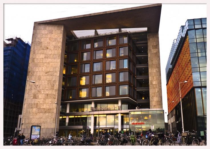 Concebida como un centro de encuentro cultural, en un entorno dinámico y lleno de nuevos proyectos llamado Oosterdokseiland, un gran espacio donde se encuentran el NEMO de Renzo Piano o el ARCAM (Centro de Arquitectura de Amsterdam) además de una gran cantidad de obras nuevas, todo esto muy cerca del centro de la ciudad a ambos lados de la Estación Central. Via elarquitectoviajero.com