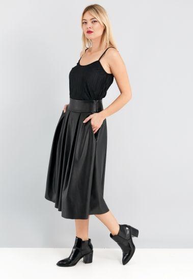 Μαύρη δερμάτινη φούστα με πιέτες και τσέπες στα πλάγια.