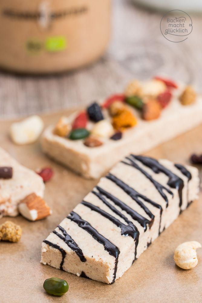 Extrem leckere Low Carb Proteinriegel mit Erdnussbutter, Kokosöl und Mandeln. In dem Eiweißriegel-Rezept kommt nichts mit künstlichen Zusatz- oder Süßstoffen vor. | http://www.backenmachtgluecklich.de
