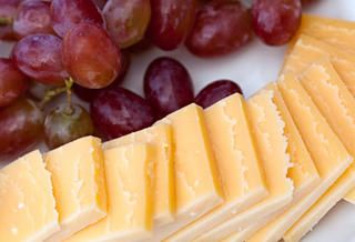 Red grapes and cheese http://www.rodalewellness.com/food/low-calorie-snacks/red-grapes-and-cheese