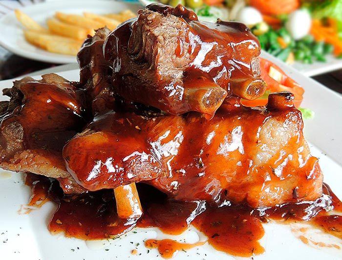 Receta para hacer una rica salsa barbacoa casera que puedes usar para tus costillas de cerdo al horno, alitas de pollo, hamburguesas, y demás.