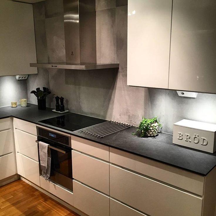 """Kundbild :) mano högglans med bänkskiva i kompakt laminat """"slate black"""" #Kvik #manobykvik #kitchen #mano #kök"""