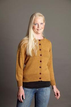 Denne klassiske cardigan er strikket i den bløde og smukke melerede superwashuld YAKU