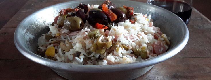 Italiaanse rijstsalade (insalata di riso). Zia Maria leerde ze mij deze heerlijke Italiaanse rijstsalade te maken, een eenvoudig, klassiek en kleurrijk zomergerecht.